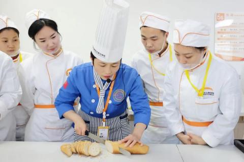 你确定要去烘焙店当学徒吗?烘焙店学徒VS专业院校学习分析